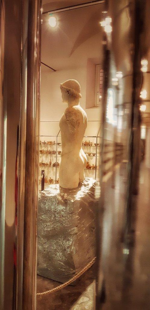 Il Kouros ritrovato esposto al Palazzo Branciforte di Palermo