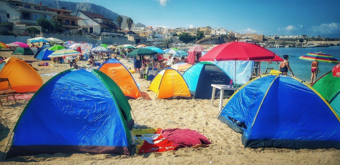 Ferragostopoli, ovvero gli accampamenti di tende e gazebo sulle spiagge di Ferragosto
